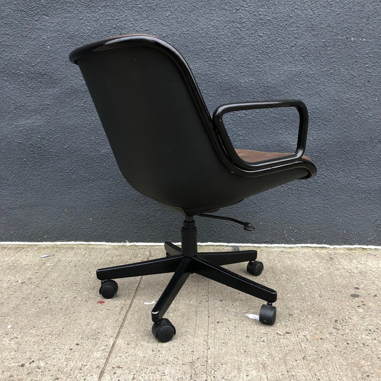 Charles Pollock for Knoll Executive Office Chairs Brown Leather, Midcentury For Sale 1