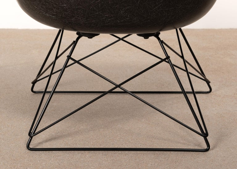 Charles & Ray Eames Black LAR Lounge Chair, Herman Miller, 1960s For Sale 7