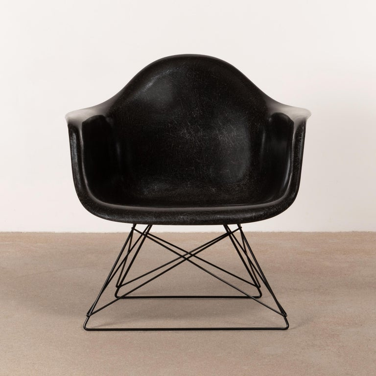 Late 1960s LAR (low-rod) lounge armchair designed by Charles and Ray Eames for Herman Miller. Black fiberglass arm shell signed with embossed HM / factory logo in very good condition with newer base.