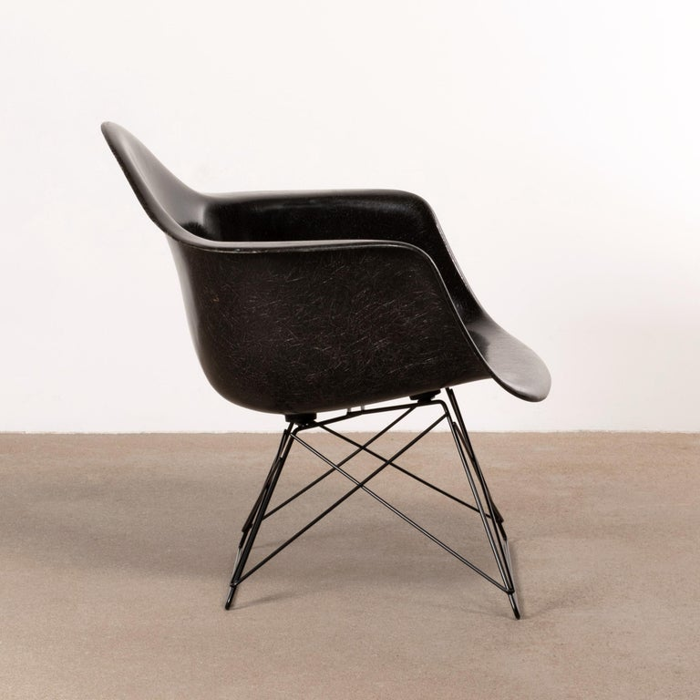 Mid-Century Modern Charles & Ray Eames Black LAR Lounge Chair, Herman Miller, 1960s For Sale