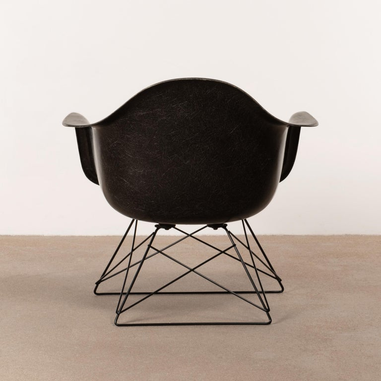 Cast Charles & Ray Eames Black LAR Lounge Chair, Herman Miller, 1960s For Sale