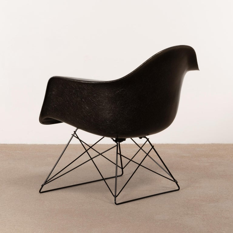 Charles & Ray Eames Black LAR Lounge Chair, Herman Miller, 1960s In Good Condition For Sale In Amsterdam, NL