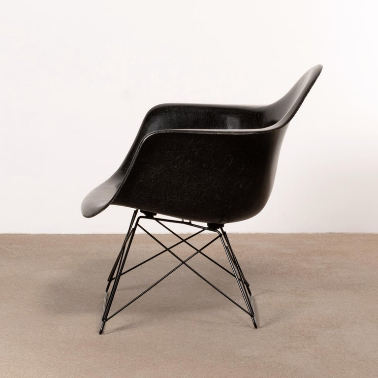 Mid-20th Century Charles & Ray Eames Black LAR Lounge Chair, Herman Miller, 1960s For Sale