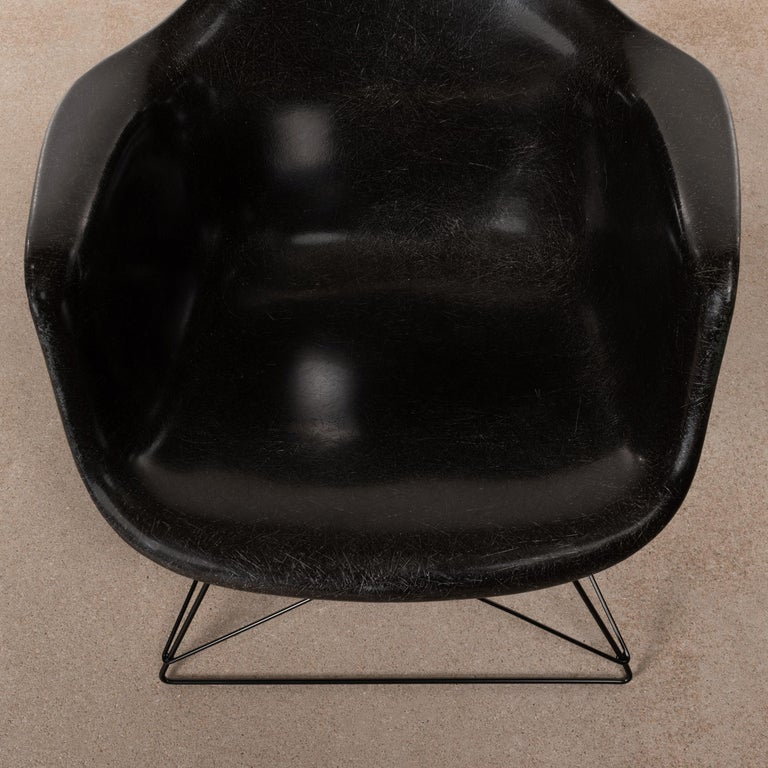 Charles & Ray Eames Black LAR Lounge Chair, Herman Miller, 1960s For Sale 1