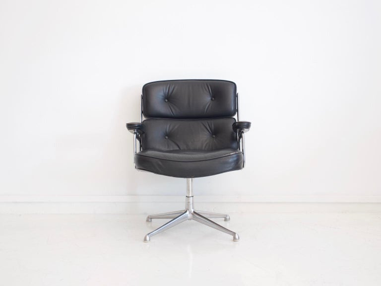 Black leather upholstered swivel armchair designed by Charles & Ray Eames, circa 1960, manufactured by Vitra / Herman Miller. Model: Lobby chair ES 108. It was designed in 1960 for the reception areas of the Time Life building in New York. Polished