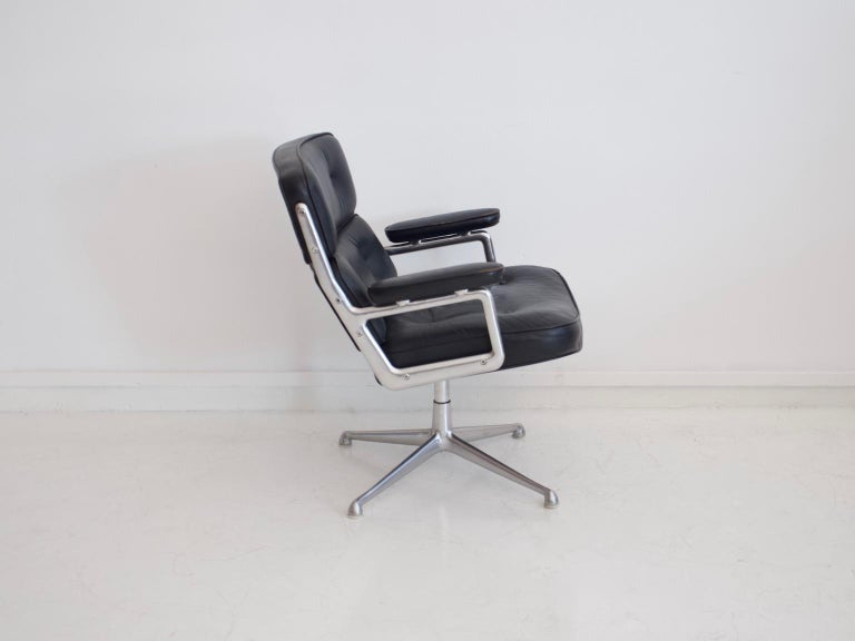 Mid-Century Modern Charles & Ray Eames Black Leather Lobby Chair ES 108 For Sale