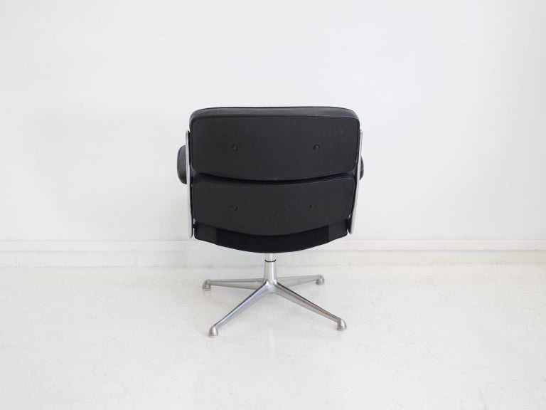 Charles & Ray Eames Black Leather Lobby Chair ES 108 In Good Condition For Sale In Madrid, ES