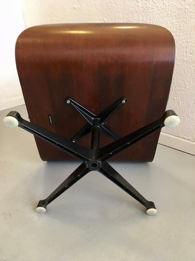 Charles & Ray Eames Black Leather and Rosewood Ottoman for Lounge Chair In Good Condition For Sale In Geneva, CH