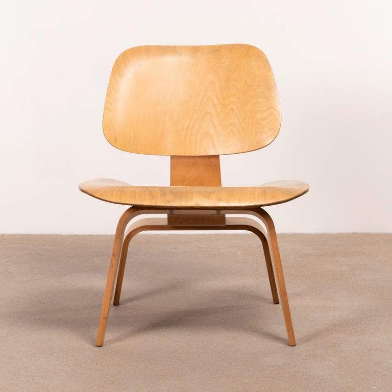 Iconic LCW lounge chair in maple plywood. The veneer and chair is in good condition with nice patina and wood grain. Light signs of wear and discoloration / dirt, mainly on the seat. The chair has not been restored and / or refinished. Early Herman