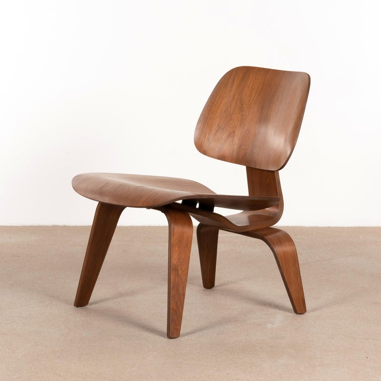 Charles & Ray Eames Early LCW Walnut Lounge Chair for Herman Miller In Good Condition In Amsterdam, NL