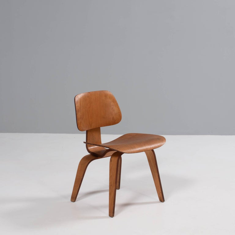 Charles & Ray Eames for Herman Miller DCW Dining Chairs, 1950s Set of 2 In Fair Condition For Sale In London, GB