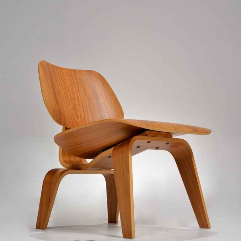 Mid-Century Modern Charles and Ray Eames for Herman Miller LCW Walnut Lounge Chair For Sale
