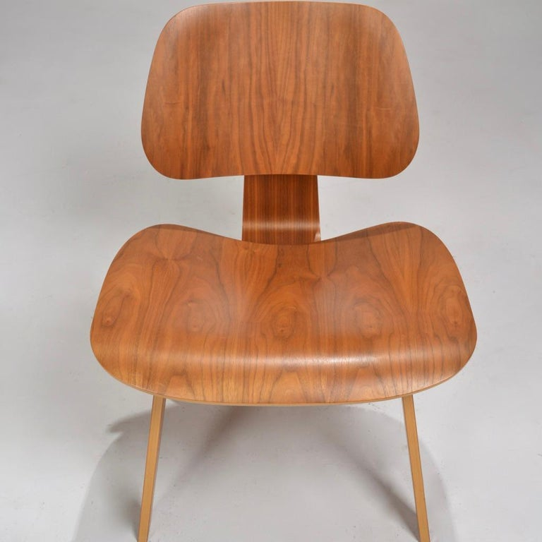 Charles and Ray Eames for Herman Miller LCW Walnut Lounge Chair In Good Condition For Sale In Los Angeles, CA
