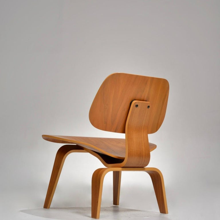 Mid-20th Century Charles and Ray Eames for Herman Miller LCW Walnut Lounge Chair For Sale