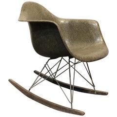 Charles & Ray Eames für Herman Miller Rar Schaukelstuhl, Greige Farbe, 1950er Jahre