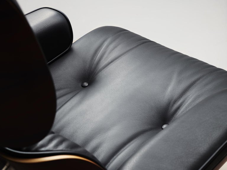 Mid-Century Modern Charles & Ray Eames Lounge Chair 670 and Ottoman 671 for Vitra For Sale