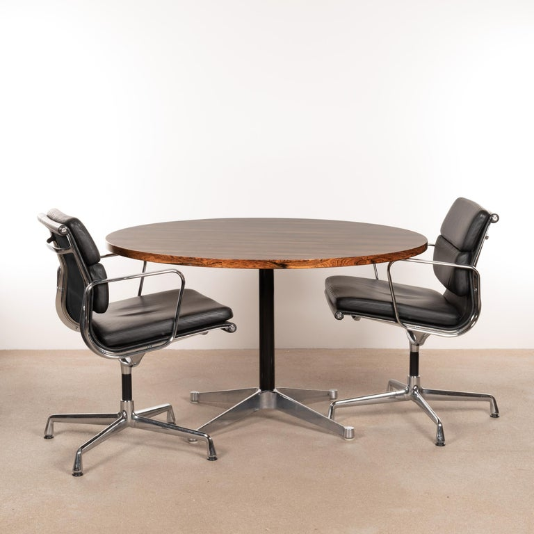 Beautiful early dining table by Charles and Ray Eames for Herman Miller. Table has a four-star aluminum contract base and rosewood veneer tabletop. tabletop diameter of 120 cm (47 1/4 inch), suitable for 4 armchairs or 5-6 side chairs. Table is in