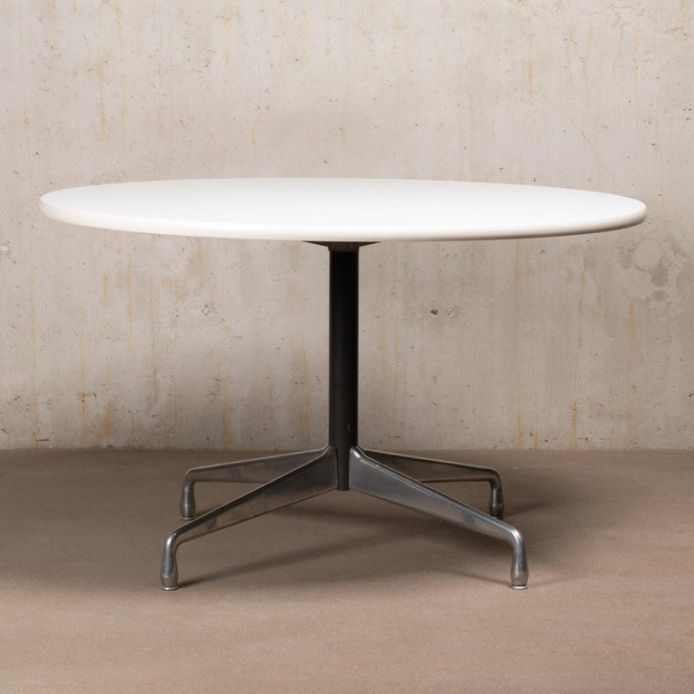 Mid-Century Modern Charles & Ray Eames Segmented round and white Dining Table for Herman Miller For Sale