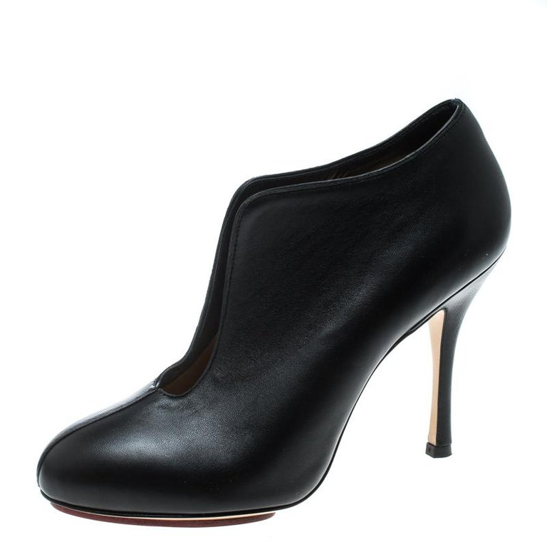 To complement your upbeat style, Charlotte Olympia brings you these gorgeous ankle booties that come flowing with high-fashion. They've been crafted from leather and designed with a cutout vamp, comfortable insoles, and 10.5 cm heels.
