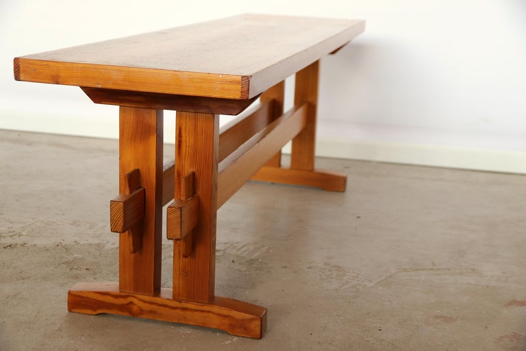 French Charlotte Perriand Style Sitting Bench in Pine, France, 1960s For Sale