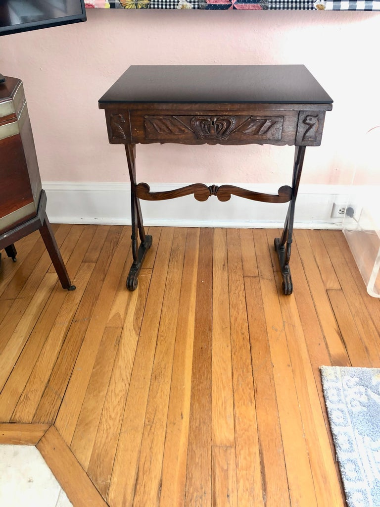 Charming Antique English Carved Oak End Table with Crown and Black Glass Top In Good Condition For Sale In Hopewell, NJ