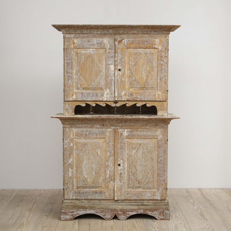 Charming Gustavian Cabinet, circa 1790, Origin Sweden In Excellent Condition For Sale In New York, NY