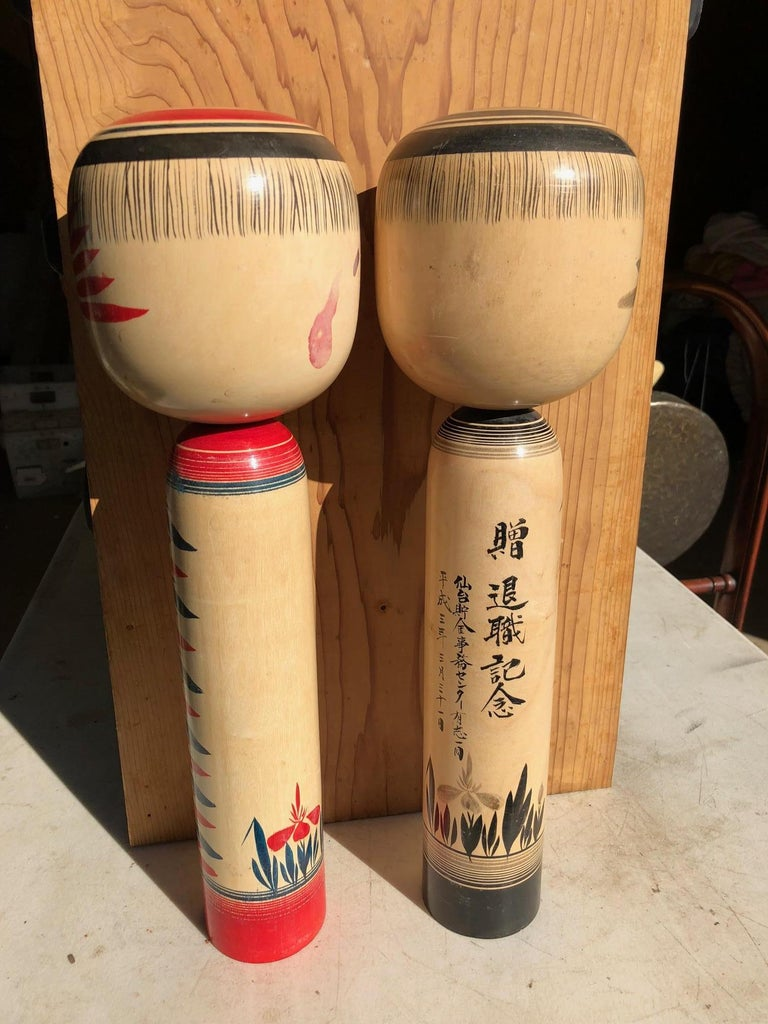 Showa Charming Japanese Hand-Painted Pair of Tall Famous Kokeshi Dolls Mint and Signed For Sale