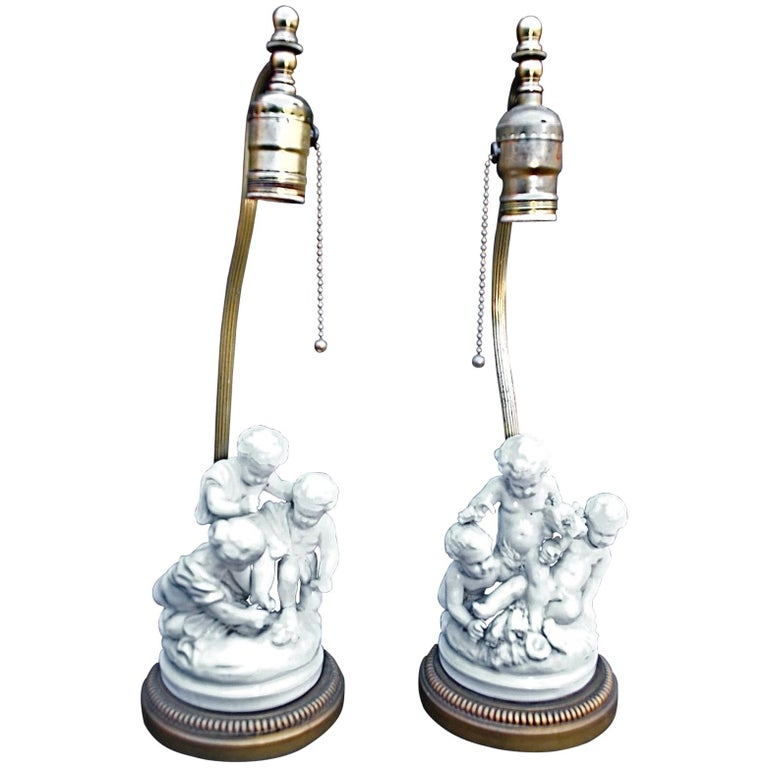 Charming Pair of 1920s French Porcelain Cherubs Lamps For Sale