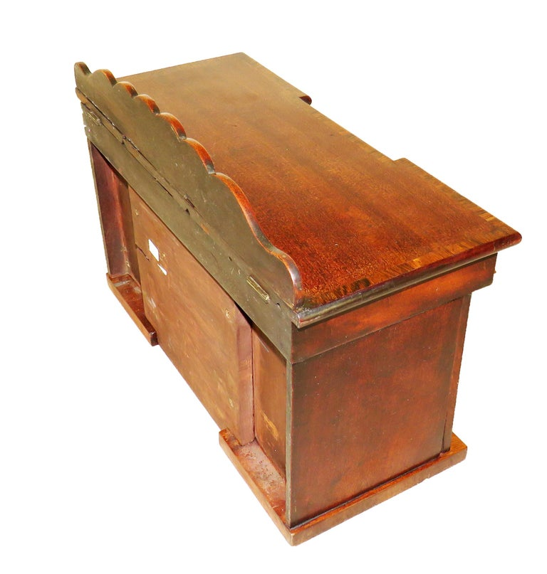Charming Regency 19th Century Mahogany Tea Caddy Miniature Sideboard In Good Condition For Sale In Bedfordshire, GB