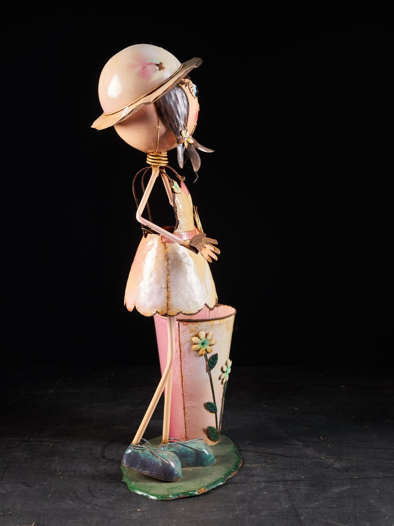Charming Tin Female Cartoon Model with Moving Head In Fair Condition For Sale In Leuven , BE