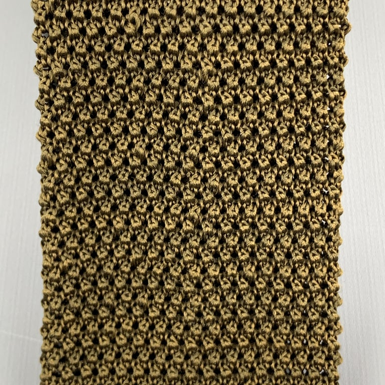 CHARVET neck tie comes in a textured silk knit with a square tip. Made in France.  Excellent Pre-Owned Condition.  Width: 2.5 in.