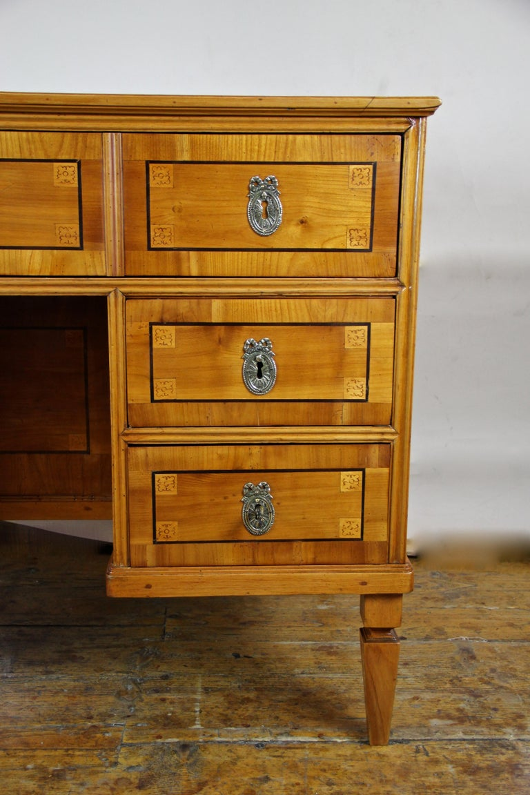 Cherry Wood Writing Desk with Kneehole Late 18th Century, Austria, circa 1790 In Good Condition For Sale In Lichtenberg, AT
