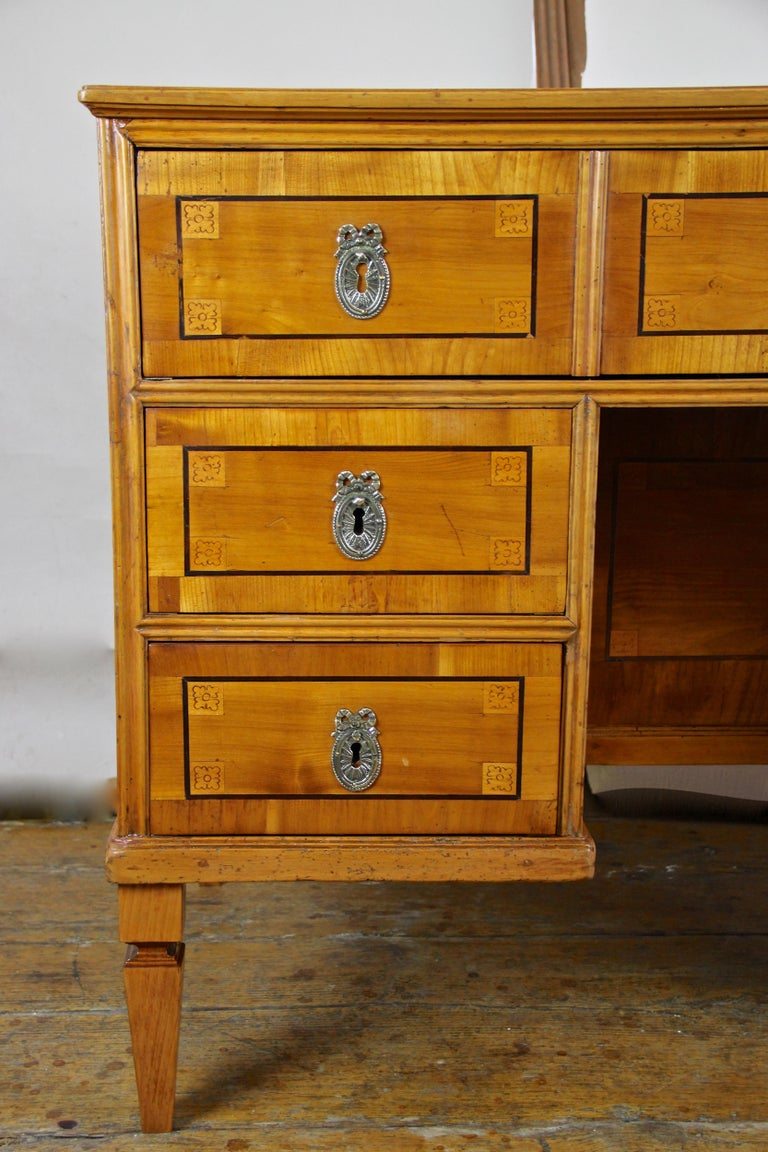 Cherry Wood Writing Desk with Kneehole Late 18th Century, Austria, circa 1790 For Sale 3