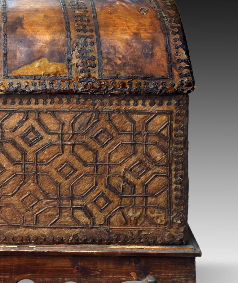 Chest with Geometric Design, Leather, Iron, Spain, circa 1500 In Good Condition For Sale In Madrid, ES