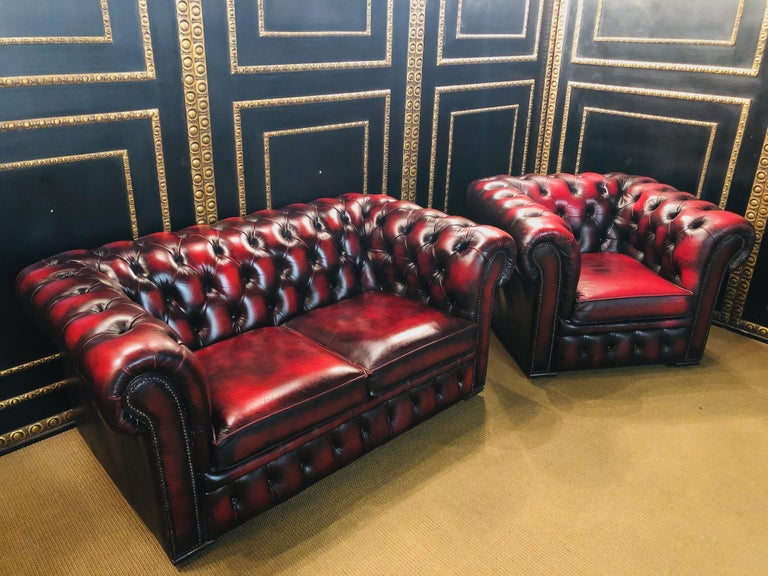 The elegant design suits every interior. Thanks to the typical upholstered buttons, this set goes well with all Classic furnishings. Since it is completely covered with real leather, you can show it off freely in the room as you wish.