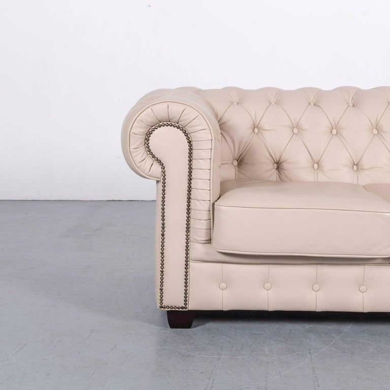 We bring to you an Chesterfield leather sofa off-white two-seat couch.