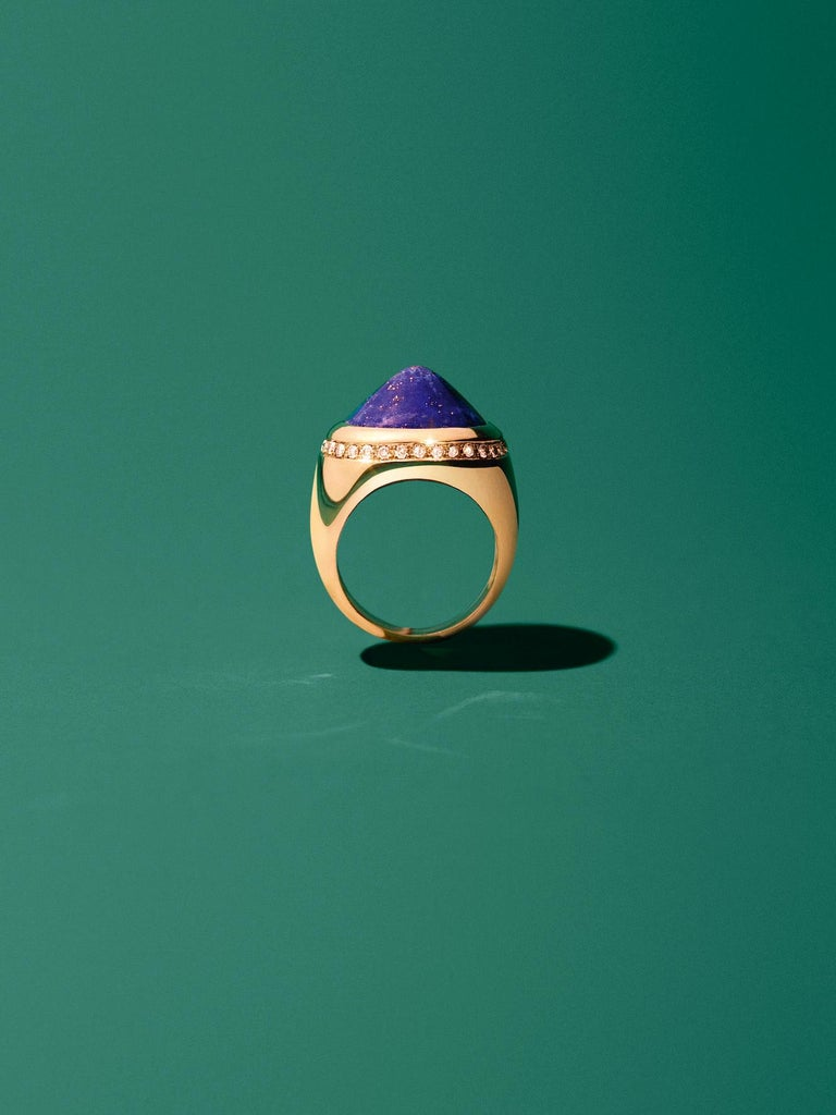 Revisit the classics with the Chevalier ring, a classic shape, twisted by colored stones and sparkling gems. SIZE : 53
