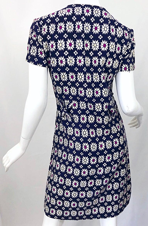 Chic 1960s Navy Blue + Fuchsia + Yellow Geometric Daisy Print 60s A Line Dress For Sale 5