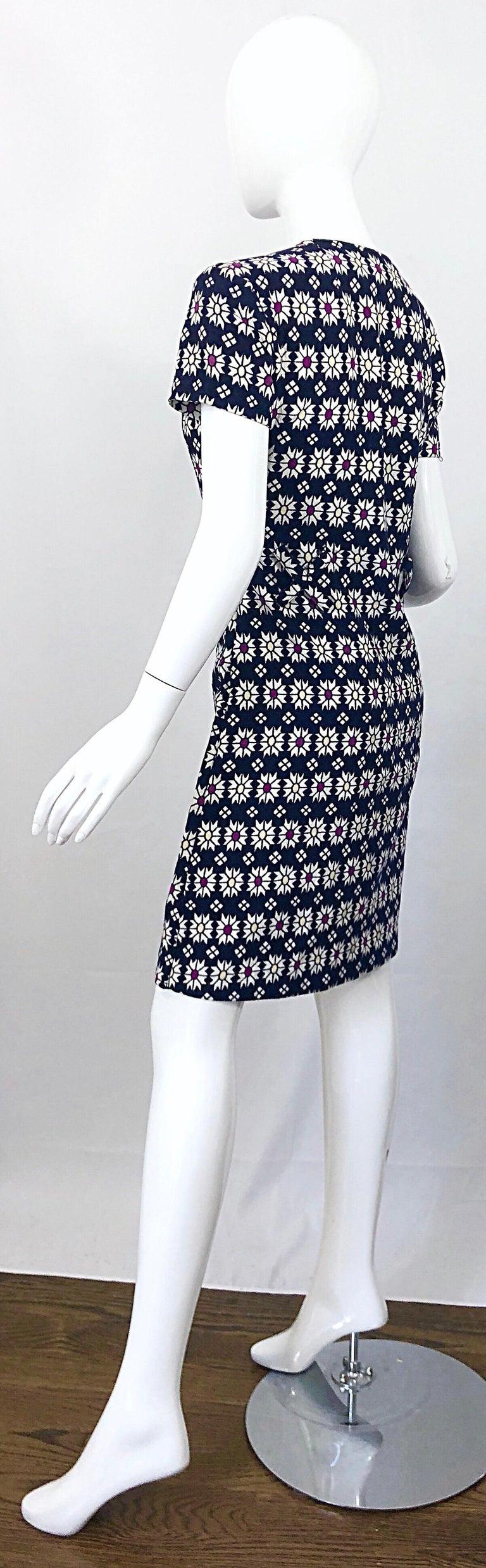 Chic 1960s Navy Blue + Fuchsia + Yellow Geometric Daisy Print 60s A Line Dress For Sale 7