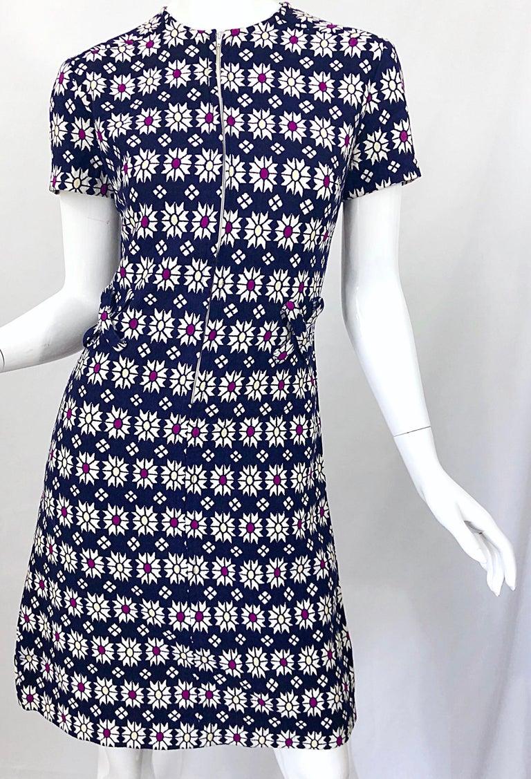 Chic 1960s Navy Blue + Fuchsia + Yellow Geometric Daisy Print 60s A Line Dress For Sale 8