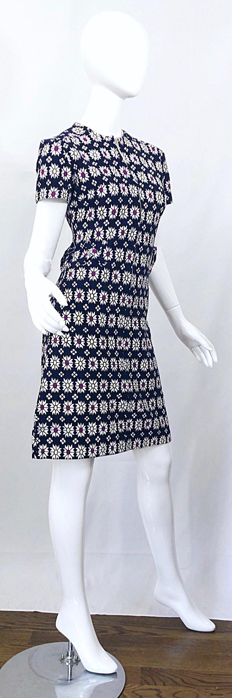 Chic 1960s Navy Blue + Fuchsia + Yellow Geometric Daisy Print 60s A Line Dress For Sale 9