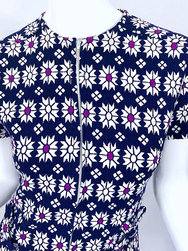 Black Chic 1960s Navy Blue + Fuchsia + Yellow Geometric Daisy Print 60s A Line Dress For Sale
