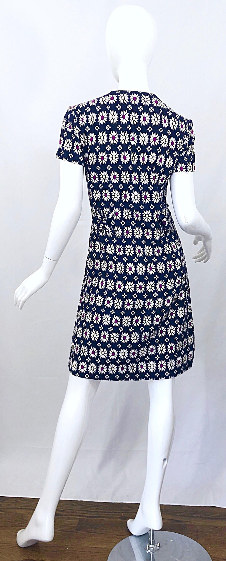 Chic 1960s Navy Blue + Fuchsia + Yellow Geometric Daisy Print 60s A Line Dress In Excellent Condition For Sale In Chicago, IL