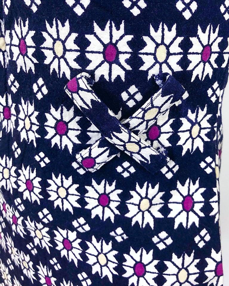 Women's Chic 1960s Navy Blue + Fuchsia + Yellow Geometric Daisy Print 60s A Line Dress For Sale
