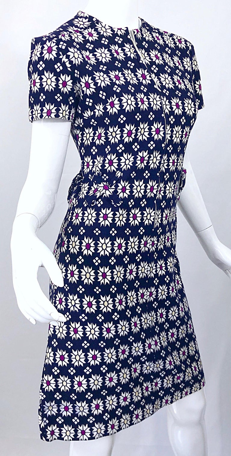 Chic 1960s Navy Blue + Fuchsia + Yellow Geometric Daisy Print 60s A Line Dress For Sale 1