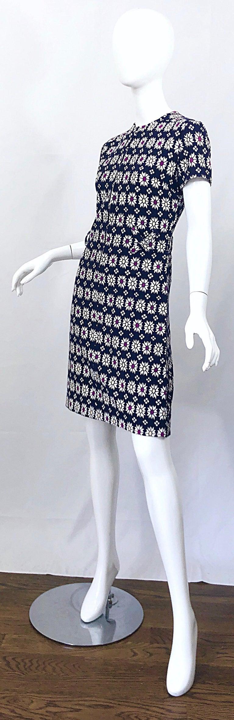 Chic 1960s Navy Blue + Fuchsia + Yellow Geometric Daisy Print 60s A Line Dress For Sale 2