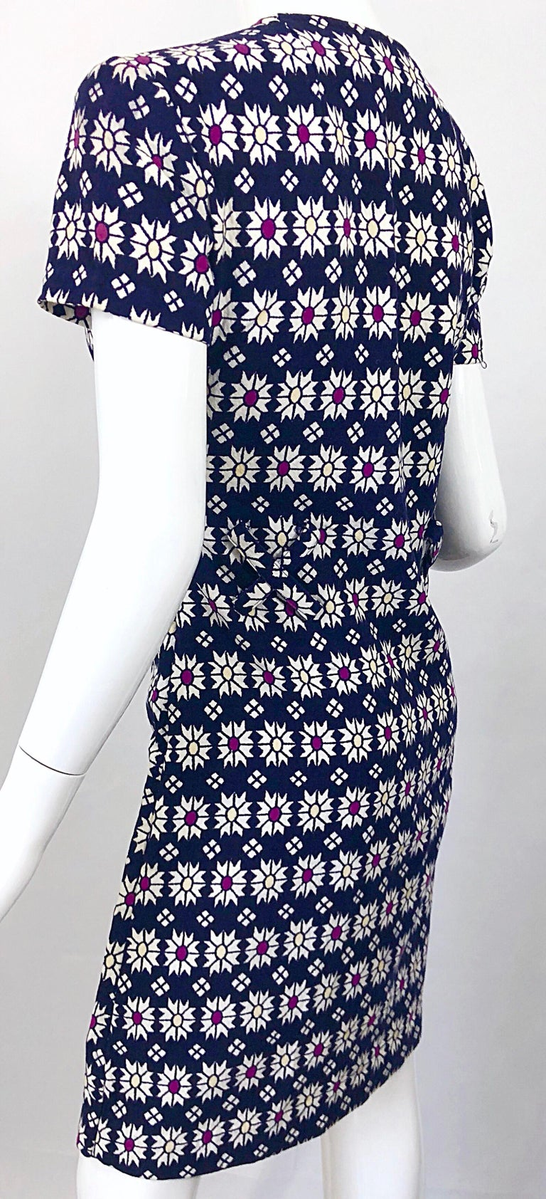 Chic 1960s Navy Blue + Fuchsia + Yellow Geometric Daisy Print 60s A Line Dress For Sale 3