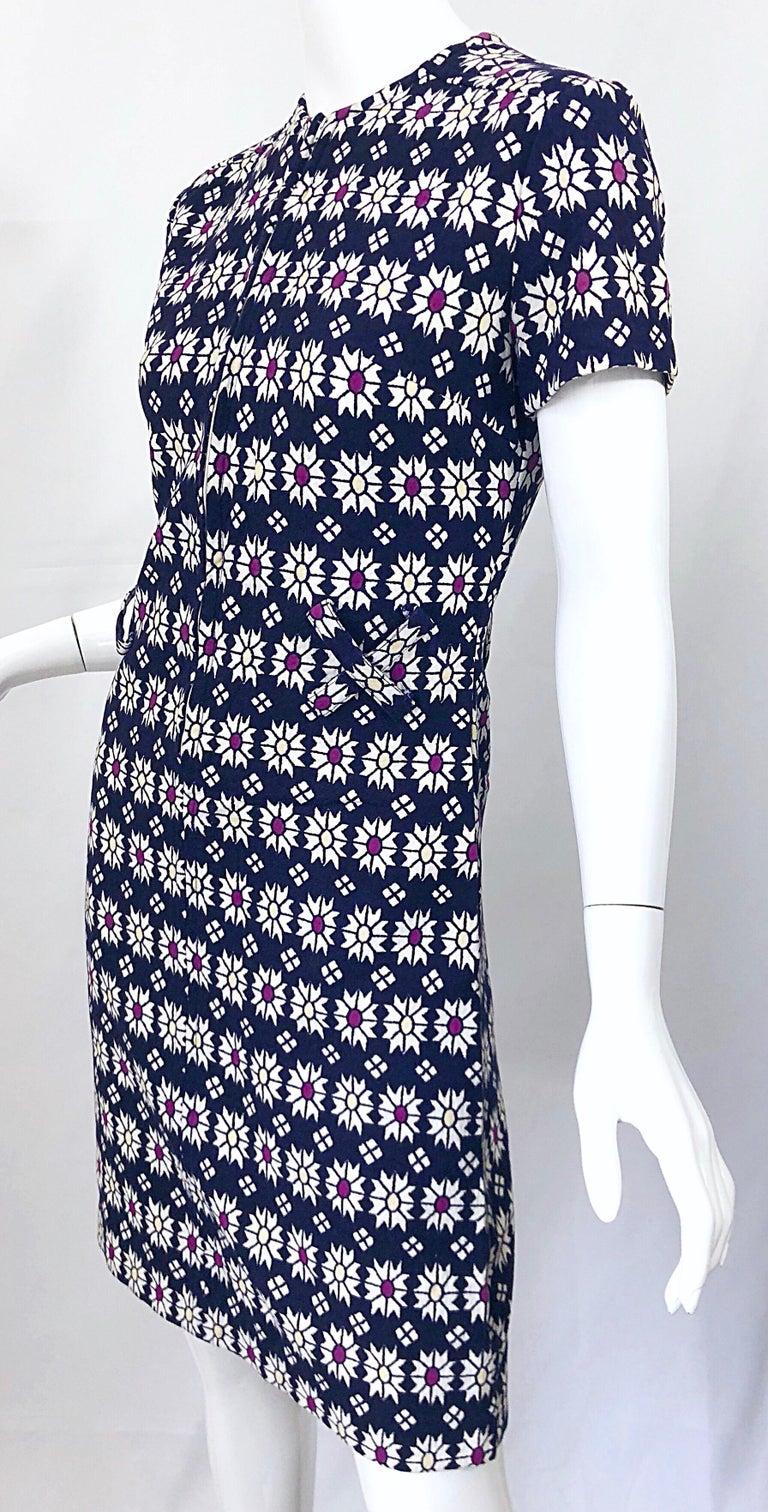 Chic 1960s Navy Blue + Fuchsia + Yellow Geometric Daisy Print 60s A Line Dress For Sale 4
