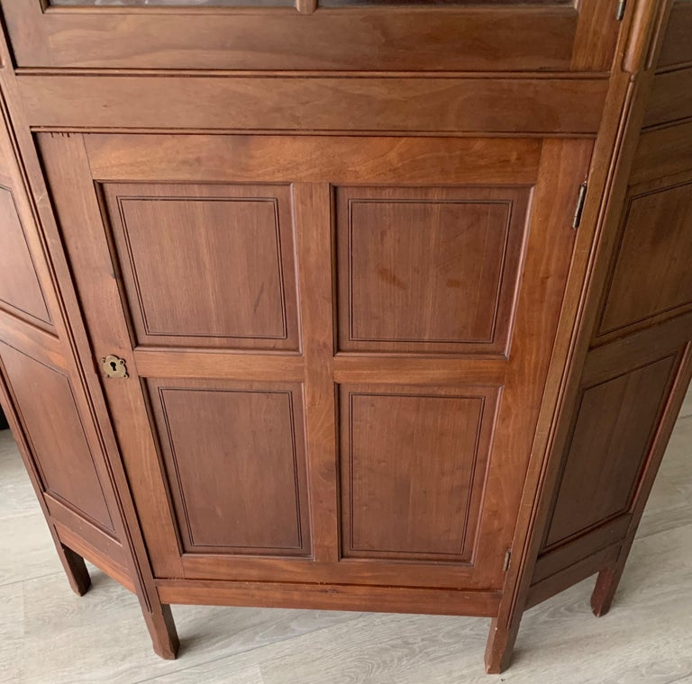 Chic and Stylish Solid Mahogany Dutch Arts & Crafts Display Cabinet / Showcase In Good Condition For Sale In Lisse, NL