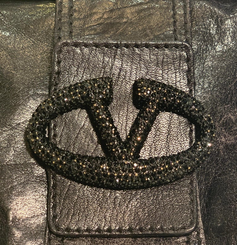 Chic Valentino Metallic Black Leather Catch Purse with Black Crystal Logo Clasp In Good Condition For Sale In Tustin, CA